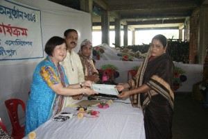 Mrs. HIgashimura handed over the certificate to local women.